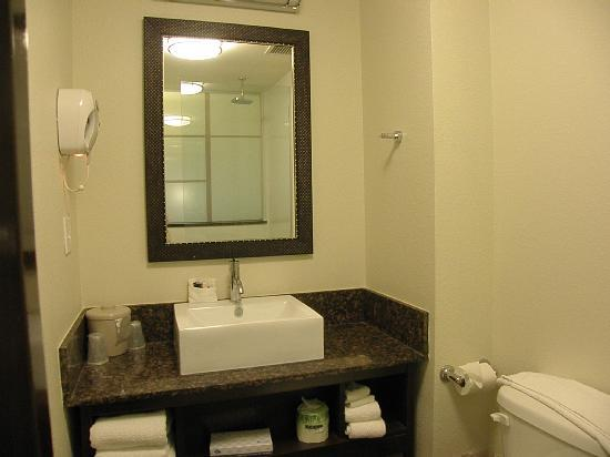 Red Roof Inn Locust Grove: Full compliment of bathroom ammenities