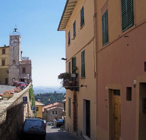 Chianciano Terme, Italien: La Torretta dell'orologio e lo scorcio verso il Trasimeno