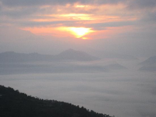 Dhulikhel Mountain Resort: Hazy Himalayan Sunrise