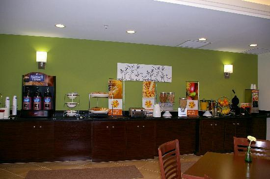 Sleep Inn & Suites Harbour Pointe: Enjoy the Hot Breakfast, Bread, Cereal, and Healthy Stations