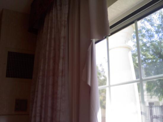 Wendover Nugget Hotel and Casino : Drapes in room
