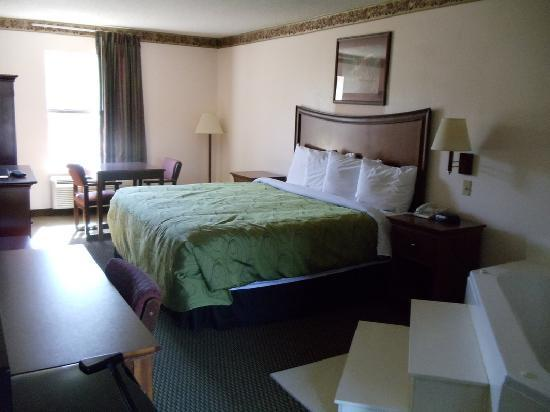 Clairmont Inn and Suites: Jacuzzi King Suite w/ Pillowtop Bed