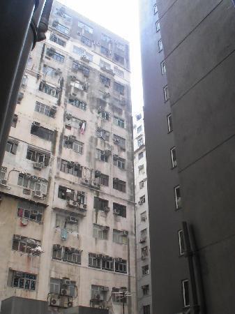 Oriental Pearl Hostel Hong Kong: Die kleinen Gassen zwische den Hochhäusern Hong Kongs