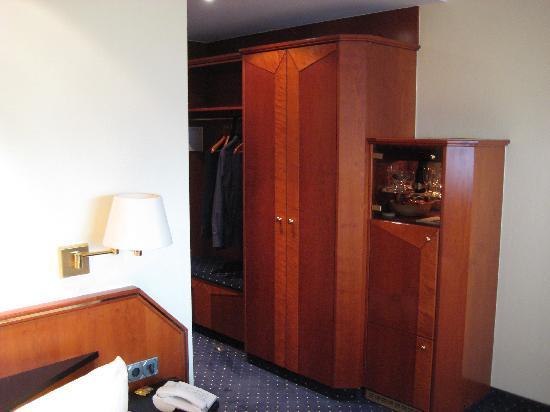 zimmer tv schrank und schreibtisch bild von b der park hotel rh n therme fulda tripadvisor. Black Bedroom Furniture Sets. Home Design Ideas