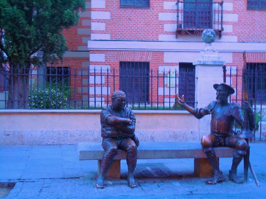 Alcalá de Henares, España: Afuera de la casa de Cervantes, un par de necios...