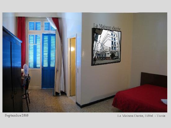 La Maison Doree: une chambre de la Maison Dorée à laquelle j'ai ajouté une photo de sa façade