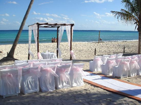 Azul Beach Resort The Fives Playa Del Carmen: Our wedding location getting set up.