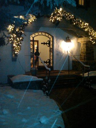 Christiania at Vail : Snowy Christmas Entrance to Christiania Lodge in Vail