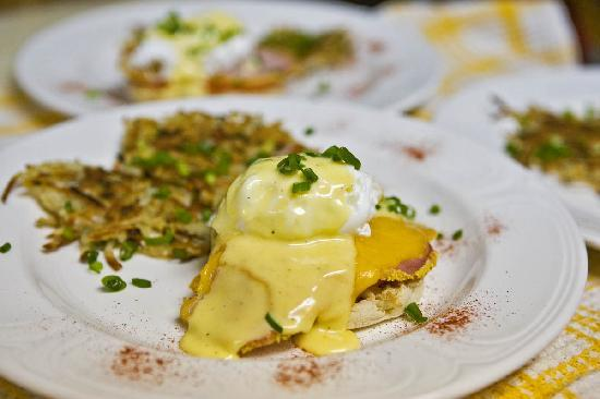 Cedar Springs Bed and Breakfast Lodge: Cedar Springs Eggs Benedict with fresh tomato, cornmeal back bacon and cheddar served with rosti