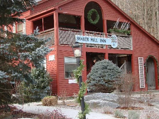 West Stockbridge, MA: Shaker Mill Inn after a light snowfall in early Dec. 2010