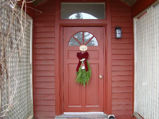 West Stockbridge, MA: Christmas(y) Door to my room
