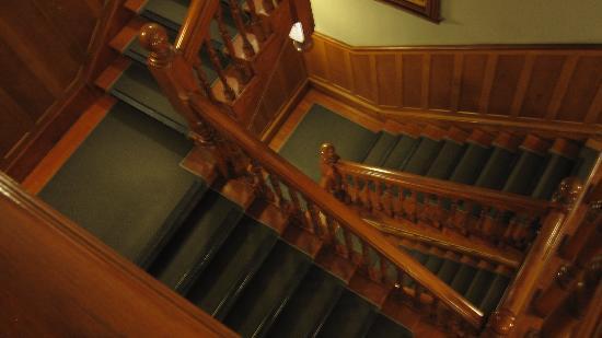 โรงแรมซีคิวคอมฟอร์ทเวลลิงตัน: Staircase in hotel