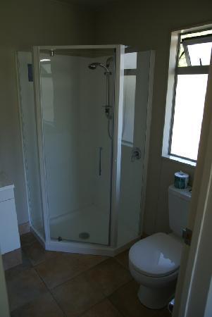 Kennedy Park Resort Napier: Dusche und WC