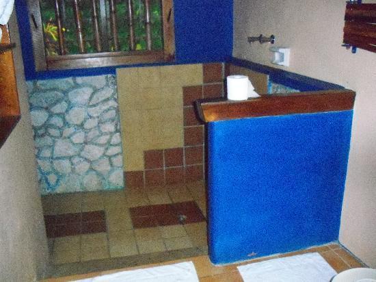 Whistling Bird Resort: newly tiled bathroom...beautiful