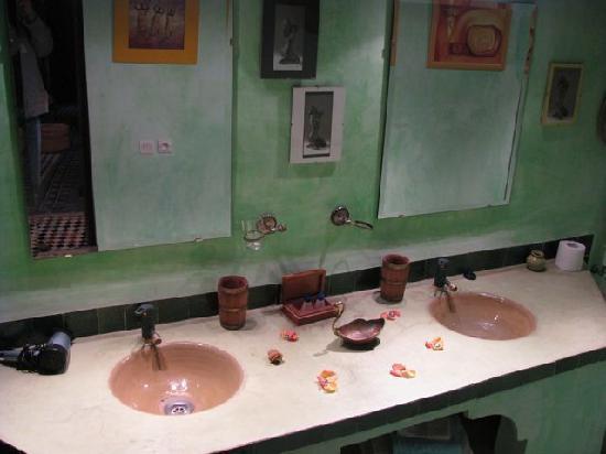 Dar Melody: Bathroom in the Blue Room