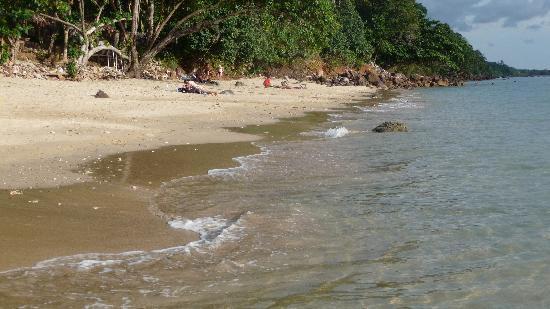 Koh Jum Resort : La plage au pied de l'hôtel