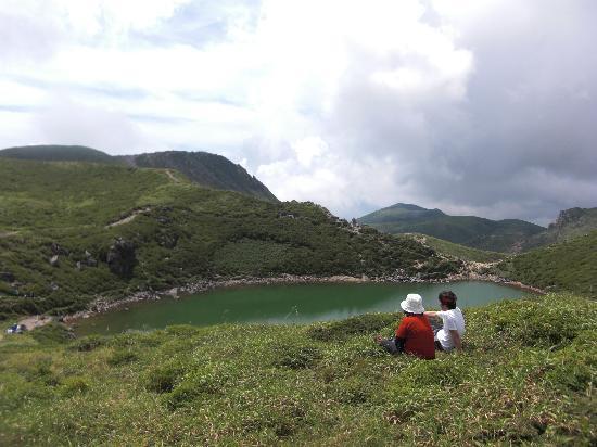 Mt. Kuju: 御池のほとりで、のんびりひと休み
