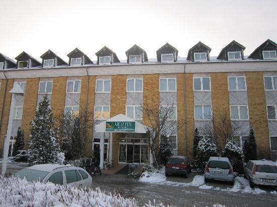 Kesselsdorf, Alemania: 薄っすらと雪化粧したホテル前景