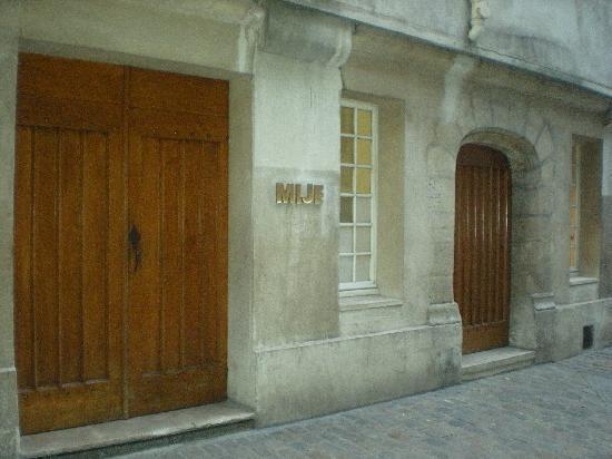 Auberge de jeunesse MIJE Maubuisson : Frente do Mije- É uma rua onde não circula automóveis! Como se fosse uma travessa de pedestres!