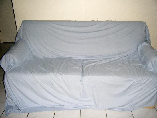 Boyne Island Motel & Villas : A sheet over the couch was there reslolution to the dirty stained couch