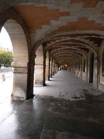 Le Marais: ヴォージュ広場。アトリエや画廊が並ぶ。