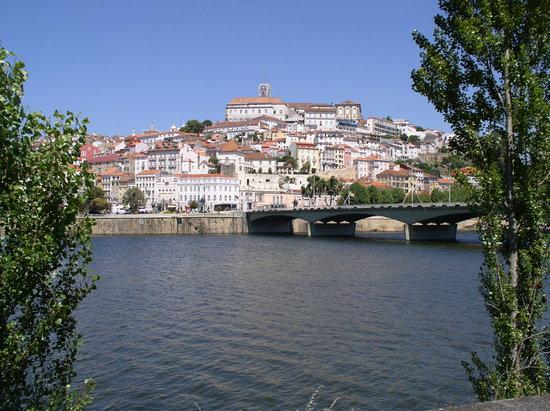 Coimbra, Portugal: Blick vom Mondego hinauf zur Universität
