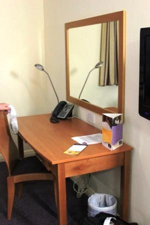 Premier Inn Dubai International Airport Hotel: desk