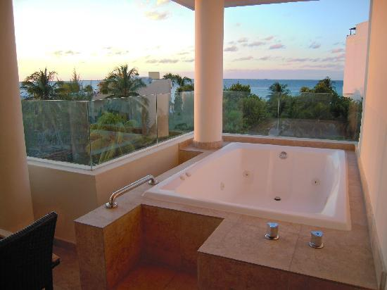 le jacuzzi sur le balcon picture of privilege aluxes isla mujeres tripadvisor. Black Bedroom Furniture Sets. Home Design Ideas