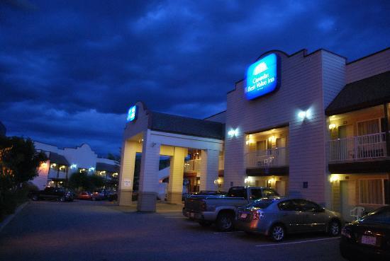Canadas Best Value Princeton Inn & Suites : Rezeptionsbereich bei Nacht