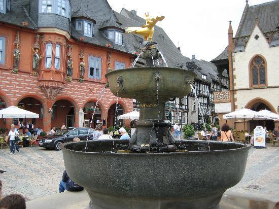 Goslar, Deutschland: Brunnen Und Goldener Adler (Wahrzeichen Der Stadt)
