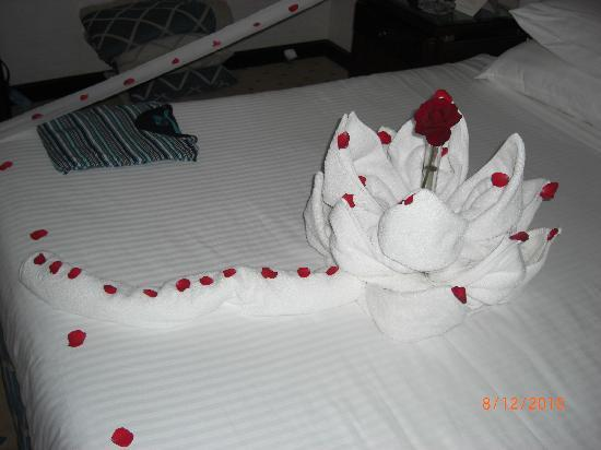 Premier Le Reve Hotel & Spa (Adults Only): Rose on bed