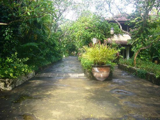 Hotel Santika Premiere Beach Resort Bali: The walk towards the beach