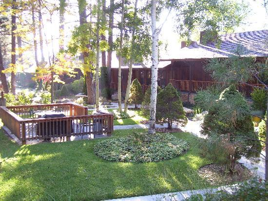 Shadow Mountain Lodge and Cabins : Nice Landscaping