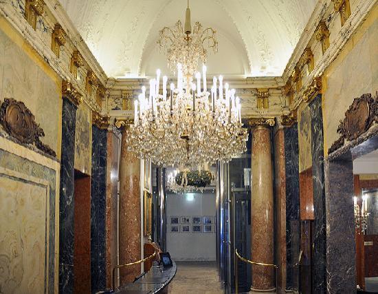 Hotel Ambassador: Kleine, aber wunderschöne Lobby. Klassischer Wiener Stil.
