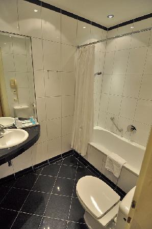 Hotel Ambassador: Bad im Standard-Zimmer
