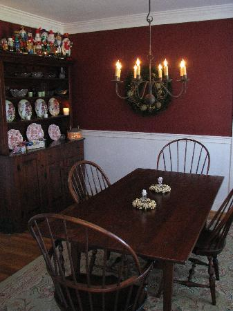 Bentley Manor Inn: the Dining Room