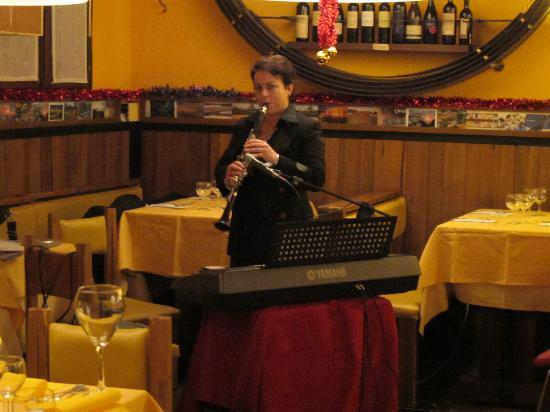 Restaurant Cantina Canaletto: She did a great job with cover songs in English, Italian, and Spanish