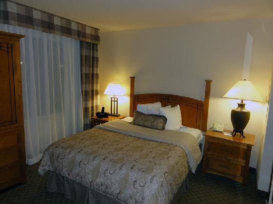 Staybridge Suites Hotel Tulsa - Woodland Hills: Bed