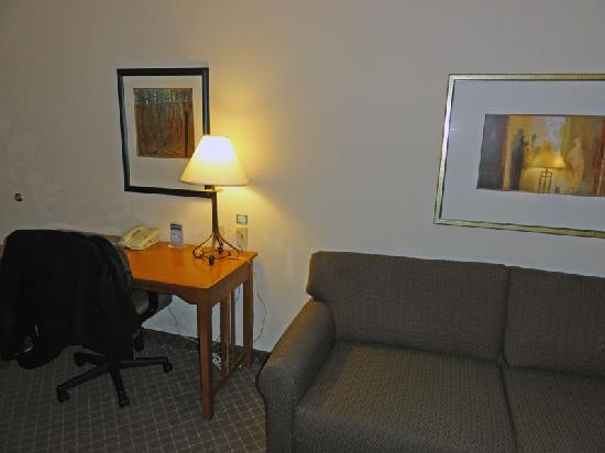 Staybridge Suites Hotel Tulsa - Woodland Hills: Sofabed & desk