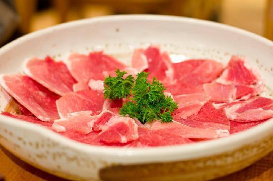 Tori Matsu Restaurant: Raw pork to put in the hotpot