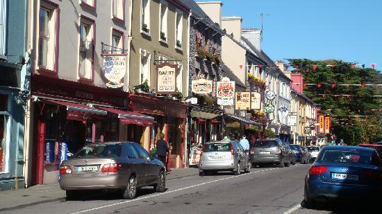Davitts Kenmare Guesthouse: Street with Davitt's