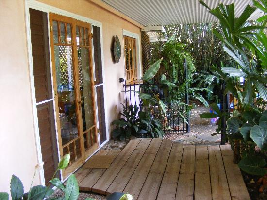 Edge Hill, Australie : Door out to the veranda/pool