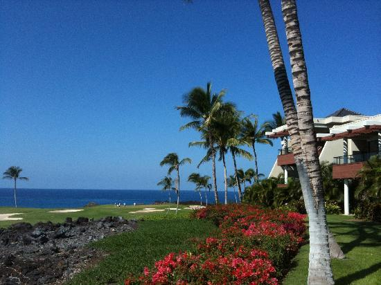 Mauna Lani Point: ゴルフコースの向こうに海を望む