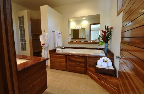 The Phoenix Resort: Entering a master bathroom