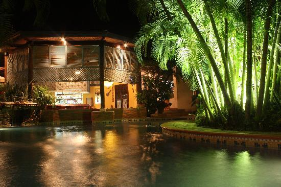 Hotel Marina Copan: View of the pool, bar and outside area