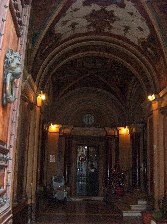 Migdal Palace: Entrance