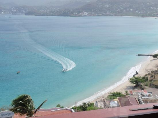 Grand View Inn: Dive Grenada boat coming in just below Inn