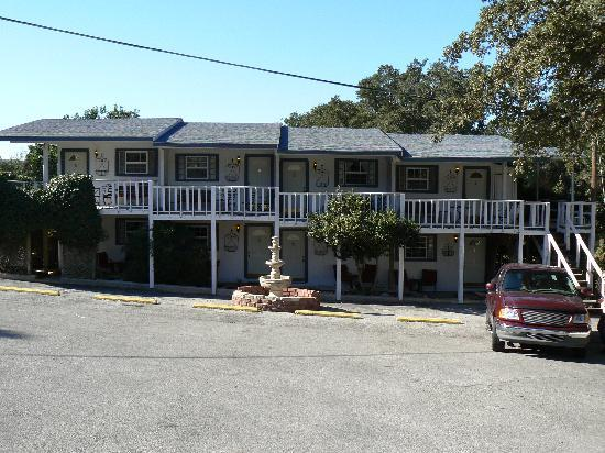Holiday Lodge on Canyon Lake: Front of lodge