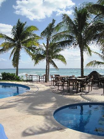 Mahekal Beach Resort: Pool at Aventura Restaurant on site, eat indoors or al fresco