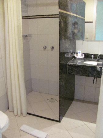 Matiz Dubai Macae: average bathroom